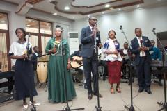 Le frere Jean Sylvain Akwala chante